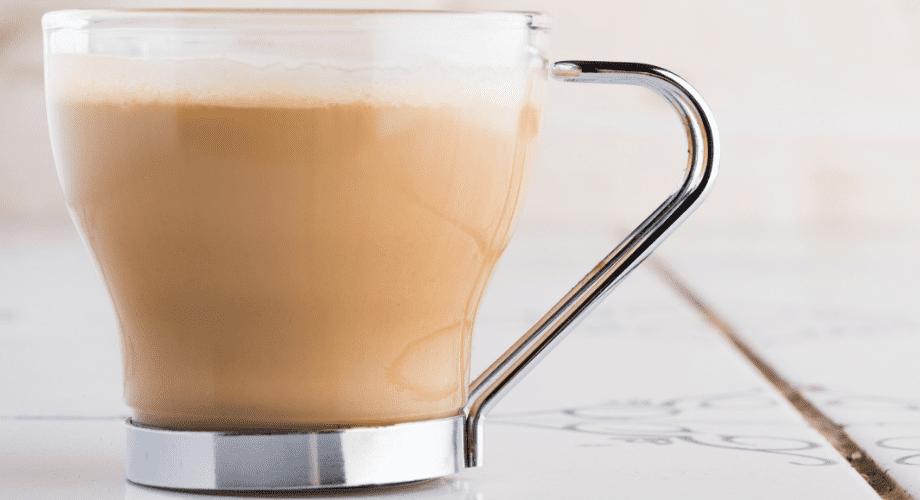 café com leite e pão na chapa